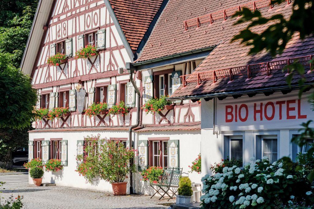 Das Bild zeigt ein altes Fachwerkhaus Vogt in dem ein Biohotel firmiert