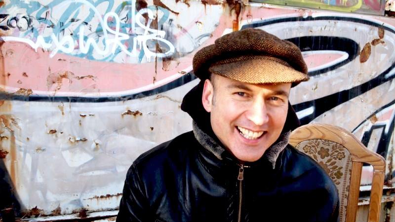 Oliver Steller spricht und singt Gedichte zum 20-jährigen Adlerjubiläum